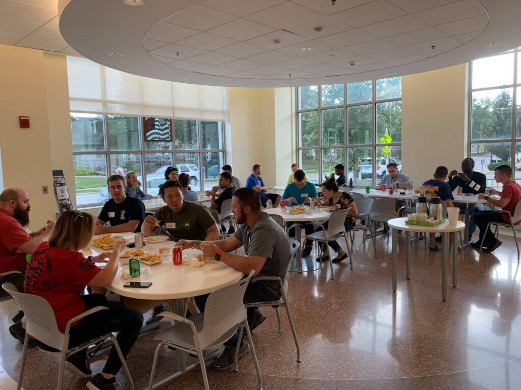 Students sitting and eating dinner and a Chez Veterans semester kick off